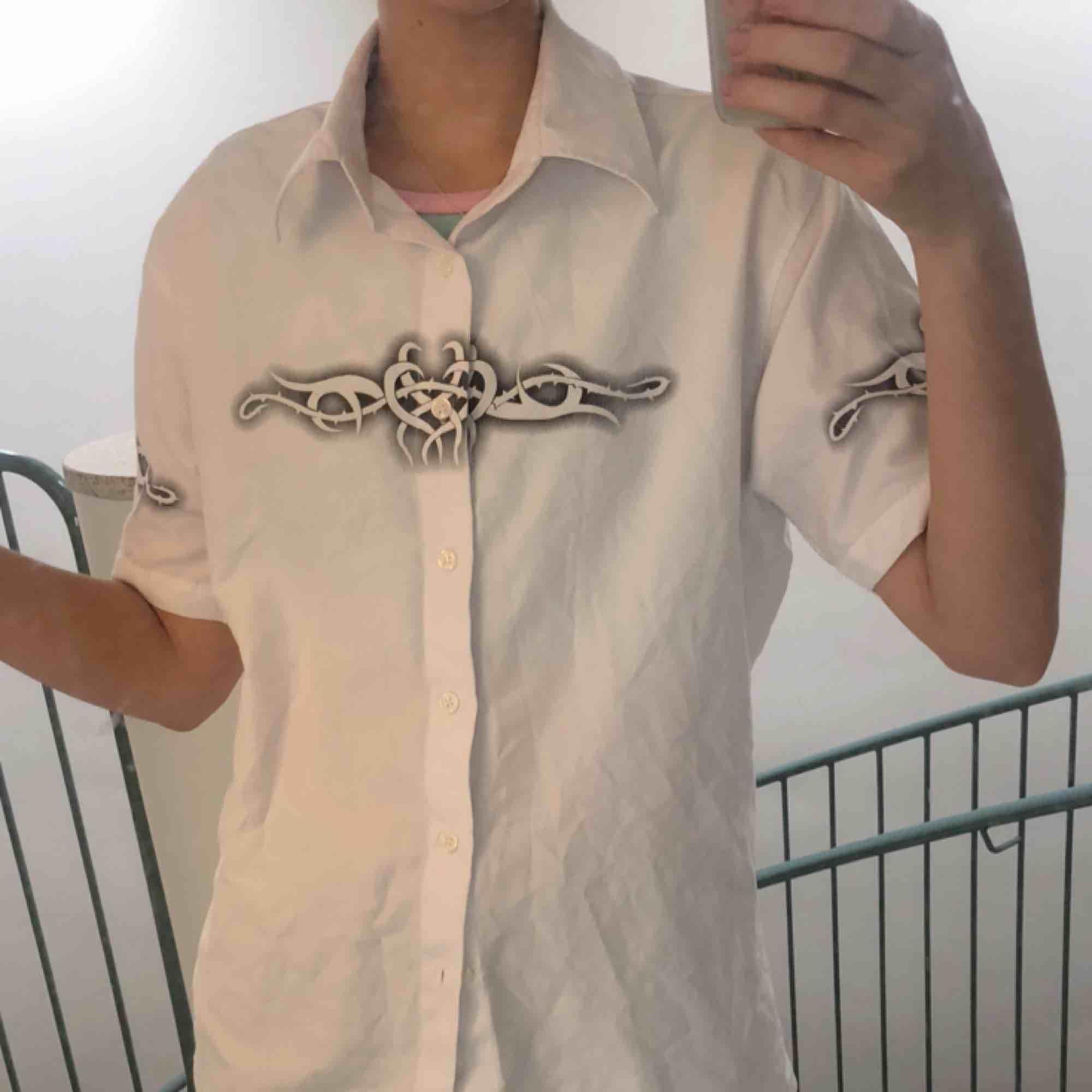 pike med tribals från humana, sparsamt använd Kan mötas upp i stockholm, annars betalar köparen för frakt! ☀️. Skjortor.