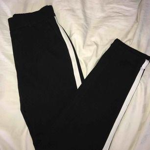 Ett par svarta kostymbyxor med vita ränder på sidorna från Vero Moda. Lite kortare i modellen. Använda 2-3ggr så därför väldigt fint skick!! Inköpta för cirka 199kr säljer för 99kr. Köpare står för frakt🥰🥰🥰