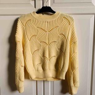 """Så söt tröja från Gina - vida ärmar, lite högre krage och """"hål"""" i? Mycket sparsamt använd. Köparen står för frakt 💛"""