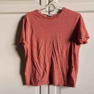 Röd/vit-randig T-shirt från Zara. Köparen står för frakt 💛
