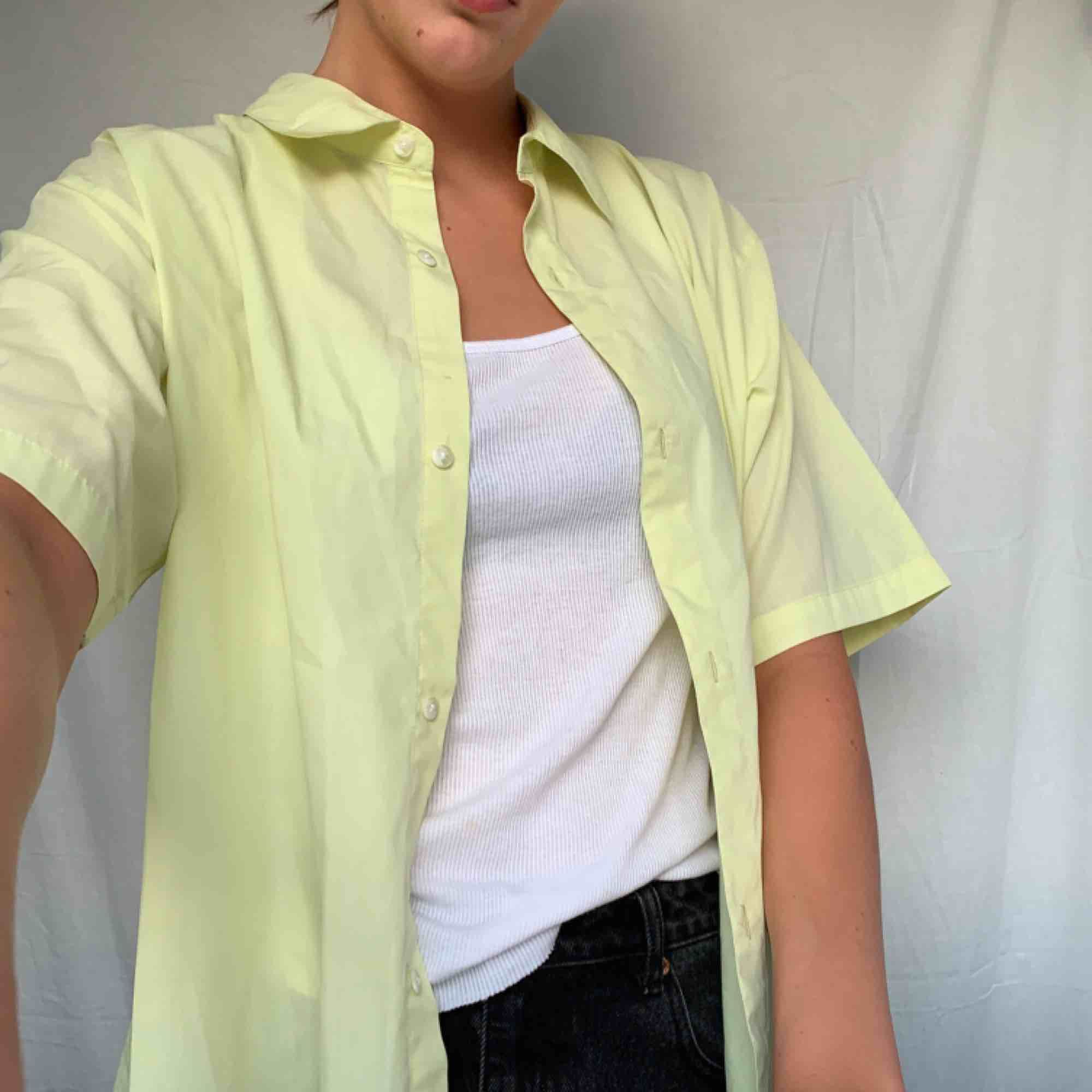 Ballaste skjortan behöver nytt hem, kan förekomma liten fläck men inget man tänker på!!Frakt tillkommer. Skjortor.