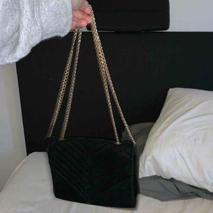 Superfin liten väska perfekt till gest, rymmer allt du behöver. Fint skick, inte använd alls mycket.  Frakt på 54kr tillkommer