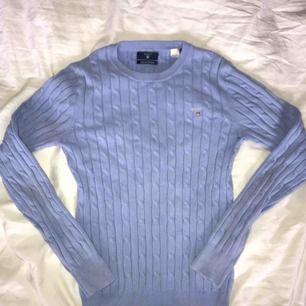 """En ljusblå ribstickad tröja från gant. Använd ett par gånger men fortfarande i jättefint skick!! Färgen på den första bilden är den """"riktiga"""" färgen!! Köpare står för frakt🥰🥰"""