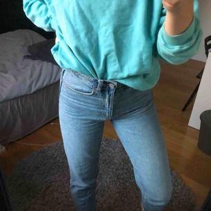Supersköna & jätte snygga jeans från weekday i modellen lash. Perfekta nu till hösten!  Använda max 3 ggr. Säljer då dem är för stora för mig ( har 26/30 i strlk). Köparen står för frakt!