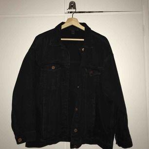 Svart jeansjacka från Monki :-) köpt vår/sommar 2017, fint skick! Fraktkostnad inräknat :-) ser lite smutsig ut på sista bilden men det är bara spegeln ;-)