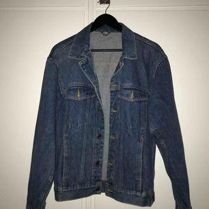 Oversize jeansjacka, köpt second hand men i så bra skick ❤️ fraktkostnad inräknat :-)