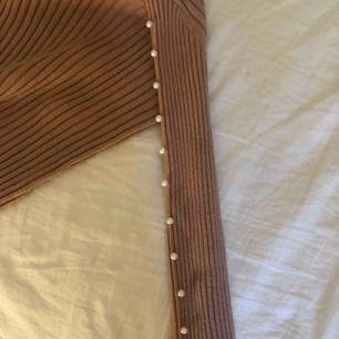 Säljer en rosa/beige tröja från chiquelle med pärlor på ärmarna använd 1 gång🥰
