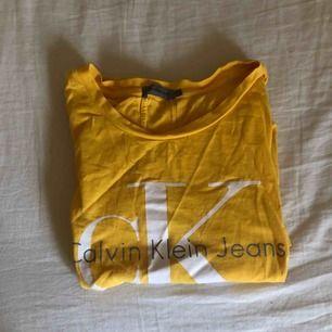 En jättefin äkta gul Calvin Klein-tröja använd max 5 gånger nypris:500kr! Passar mig som vanligtvis är en S🥰 Har 3 stycken 1 mm hål som knappt syns. Som jag inte orkade reklamera därav priset🥰
