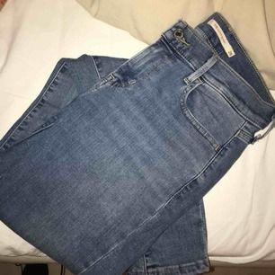 Fräscha Levis jeans 710 super skinny, sitter väldigt bra men kommer tyvärr aldrig till användning!