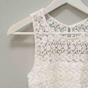 Superfin spets klänning i vitt från Hollister 🌼 Aldrig använd, prislappen sitter kvar! Orginalpris 628kr. Storlek US 0. Gratis frakt 💌