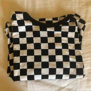 Rutig tröja från H&M möts upp eller så står köparen för frakten🥰