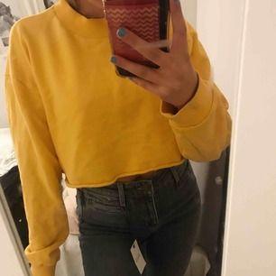 En cropad gul cool tröja från NA-KD. Den är i storlek L men passar mig som har strl XS/S. Möts upp i sthlm eller så står köparen för frakt.