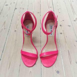 Supersnygga klackar i klar rosa färg från Steve Madden 🌸 Endast använda när de provats hemma. Storlek 7.5. Gratis frakt 💌