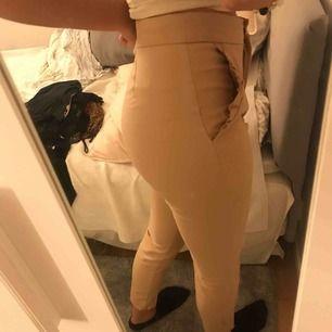 """Super snygga """"smuts rosa"""" byxor från Zara. Dom sitter super snyggt och tight. Jag kan Mötas upp i sthlm annars står köparen för frakt."""