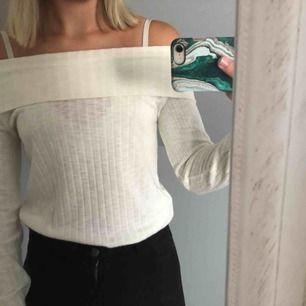 Säljer denna fina off shoulder toppen från Lindex, använd hyfsat mycket men i fint skick! Säljs för 60 kr + 40 kr i frakt