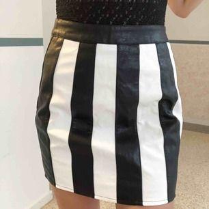 Helt oanvänd randig kjol från nastygal Kan mötas upp i stockholm, annars betalar köparen för frakt! ☀️