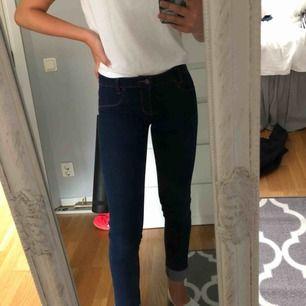 Jag säljer dessa mörkblåa jeans från Levi's! De är använda få gånger och är i mycket bra skick! 250 kr + 60 kr i frakt, tar endast emot swish 💓