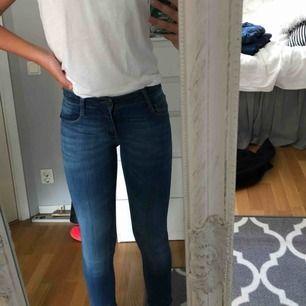 Säljer även dessa snygga blåa jeans från Levi's som är använda max 3 gånger. De är i mycket bra skick och säljs för 250 kr + 55 kr i frakt! Tar endast emot swish 💓