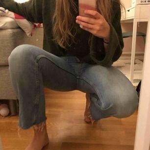 Croppade jeans med slitning nedtill. Bra skick. Snygga till allt!