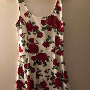 En väldigt fin rosklänning ifrån hm, använd 1-2 gånger, så i väl skick. Kan mötas upp i Vetlanda, hör av er om ni vill veta mer🤗