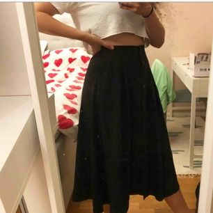 Lång kjol från monki. Skönaste plagget en kan ha på sig! Stretchig så passar även en M