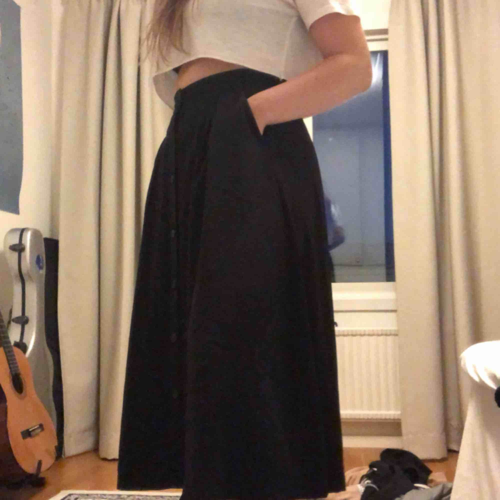 Lång kjol från monki. Skönaste plagget en kan ha på sig! Stretchig så passar även en M. Kjolar.