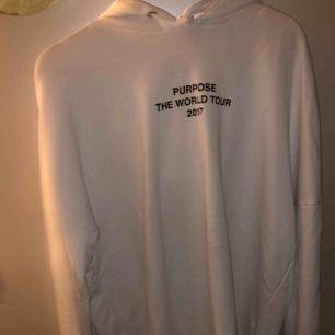 En Justin Bieber purpose tour hoodie, köpt på hm, använd ett fåtal gånger och i bra skick!🤗