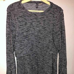 En grå klänning i skönt material, använd en gång, fin och i bra skick!