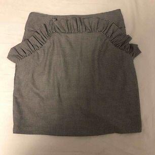 Unik kjol med volanger. Man får supersnygg figur i denna!