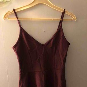 Vinrött linne från ginatricot, endast använd 1 gång så i fint skick!!