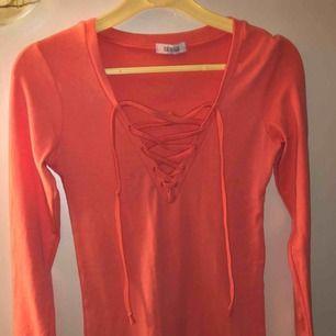 Står ingen storlekslapp i plagget men skulle gissa på en S! Annars är en fin och näst intill oanvänd klänning från Tessie!