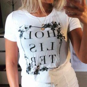 T-shirt i ett mjukt fallande tyg som följer kroppen, knappt använd och i nyskick!