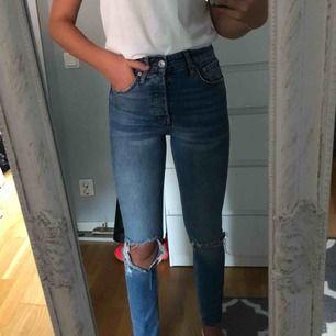 Säljer dessa snygga jeans från Gina Tricot, använda ganska få gånger och är super sköna! Säljs då de är för små och de kostar 250 kr + frakt 60 kr, tar endast emot swish 💓