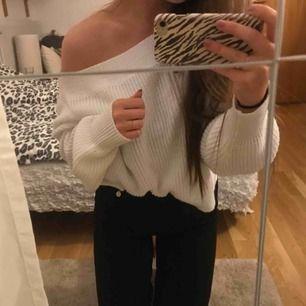 Super snygg och skön vit stickad tröja från Gina i storlek L men sitter snyggt oversized på mig som är S!!❤️