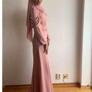 Rosa lång klänning med strass detaljer Strlk 38 Köpt för 1500kr  Använd en gång Pris kan diskuteras Skriv för fler bilder