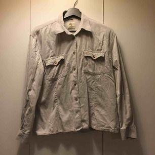 Vit/beige manchester skjorta i fina, smala manchester-ränder. Köpt på second hand i Lund. Använd ett fåtal gånger.