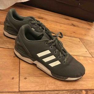 Gråa Adidas ZX FLUX storlek 38 1/2 Inte använda mycket Köpta för 1500kr Skriv för fler bilder