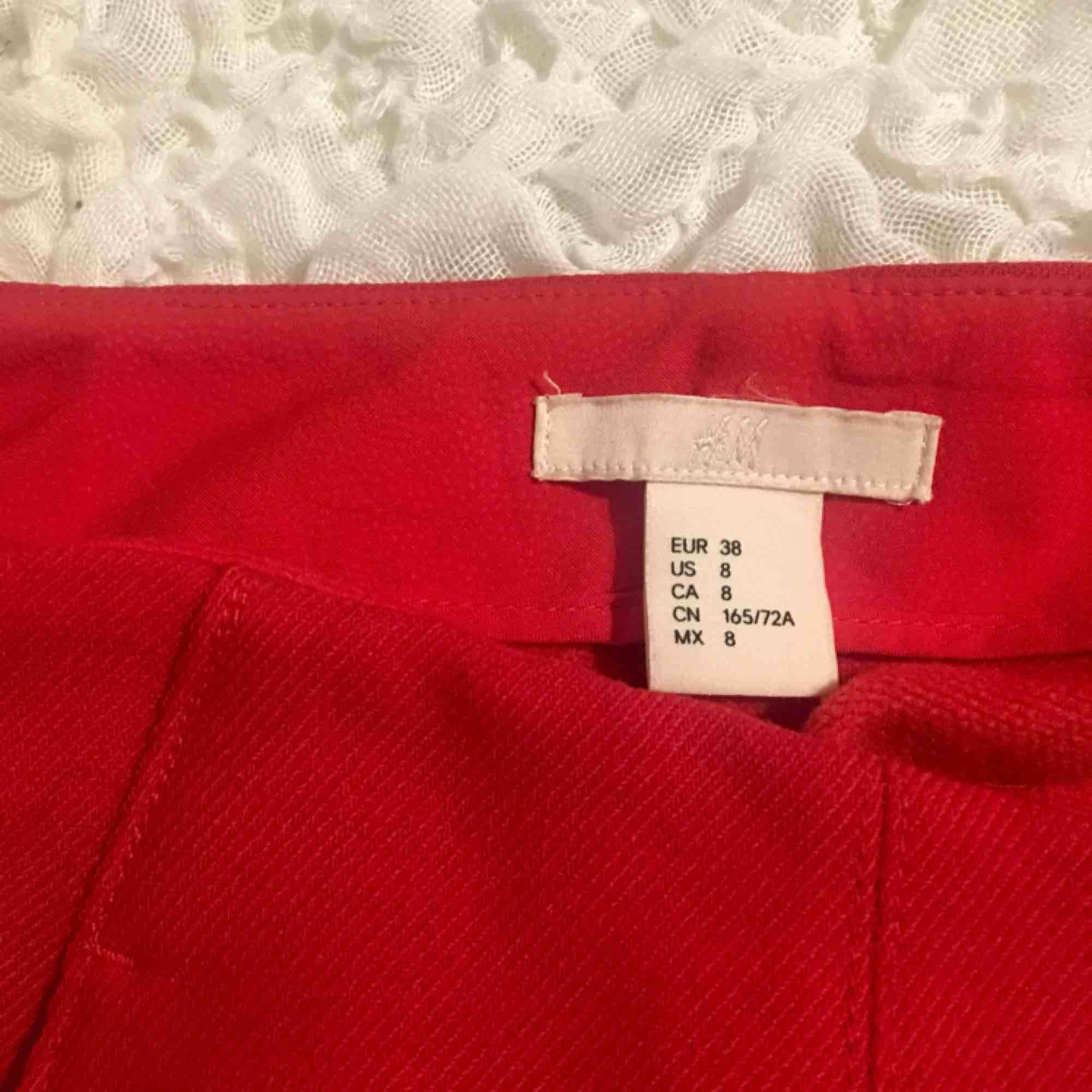 Balla röda yllebyxor från HM i stl.38, passar bra på mig som vanligtvis har 36 🐞🐞🐞 har snygg slits nertill och en söm som går längst med benet vilket gör dom mer speciella! Sitter super snyggt på! Nypris 499kr 💌 jag står för frakt 💌. Jeans & Byxor.