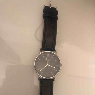 Säljer denna fina klocka knappt använd!