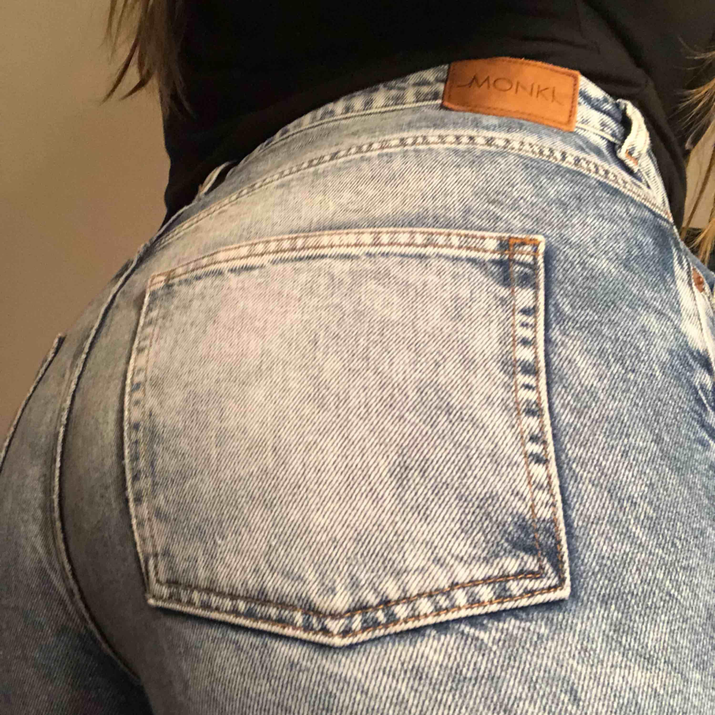 Snygga stentvättade vida jeans från monki. Slitningar innanför låren (bild 3). Jeans & Byxor.