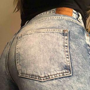 Snygga stentvättade vida jeans från monki. Slitningar innanför låren (bild 3)