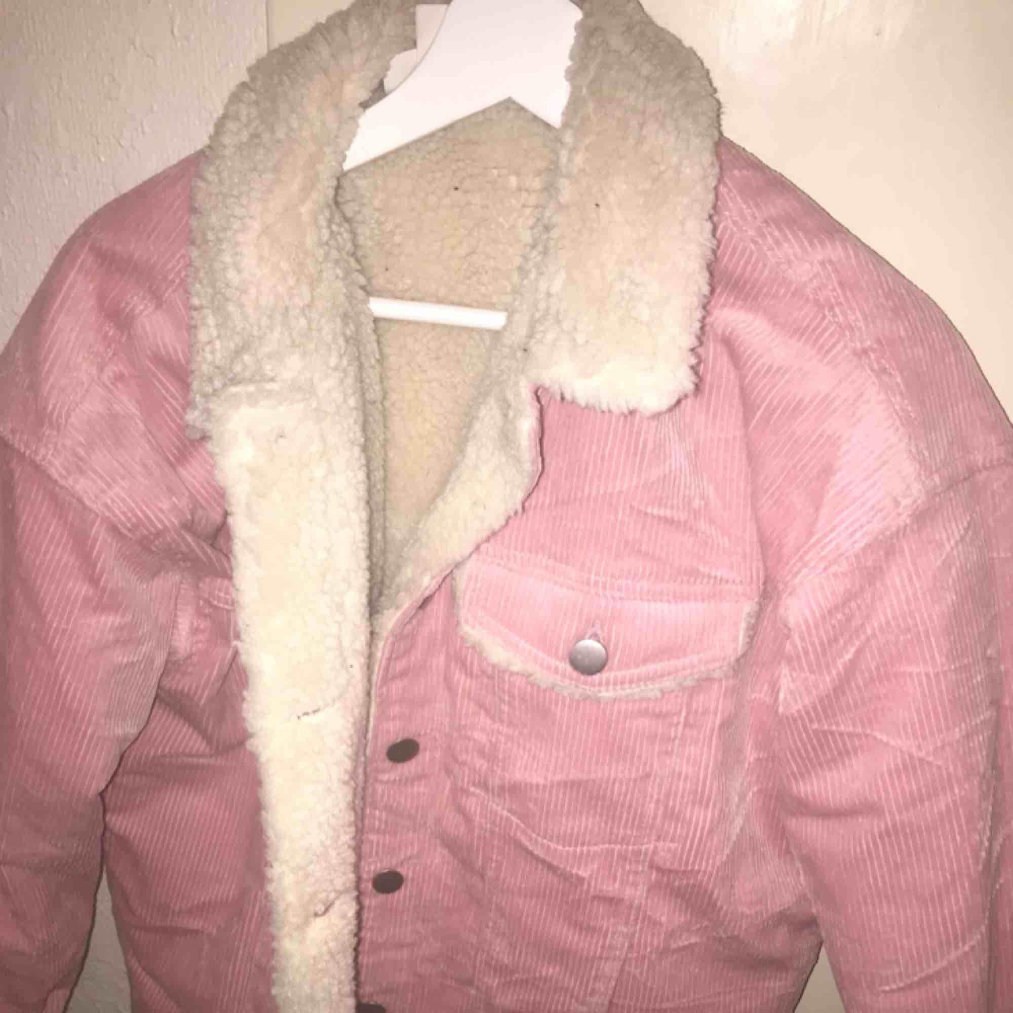 Mysig och fin rosa jacka som är fodrad inuti 💕 använt få antal gånger , köparen står för frakten . Jackor.