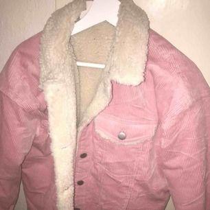 Mysig och fin rosa jacka som är fodrad inuti 💕 använt få antal gånger , köparen står för frakten