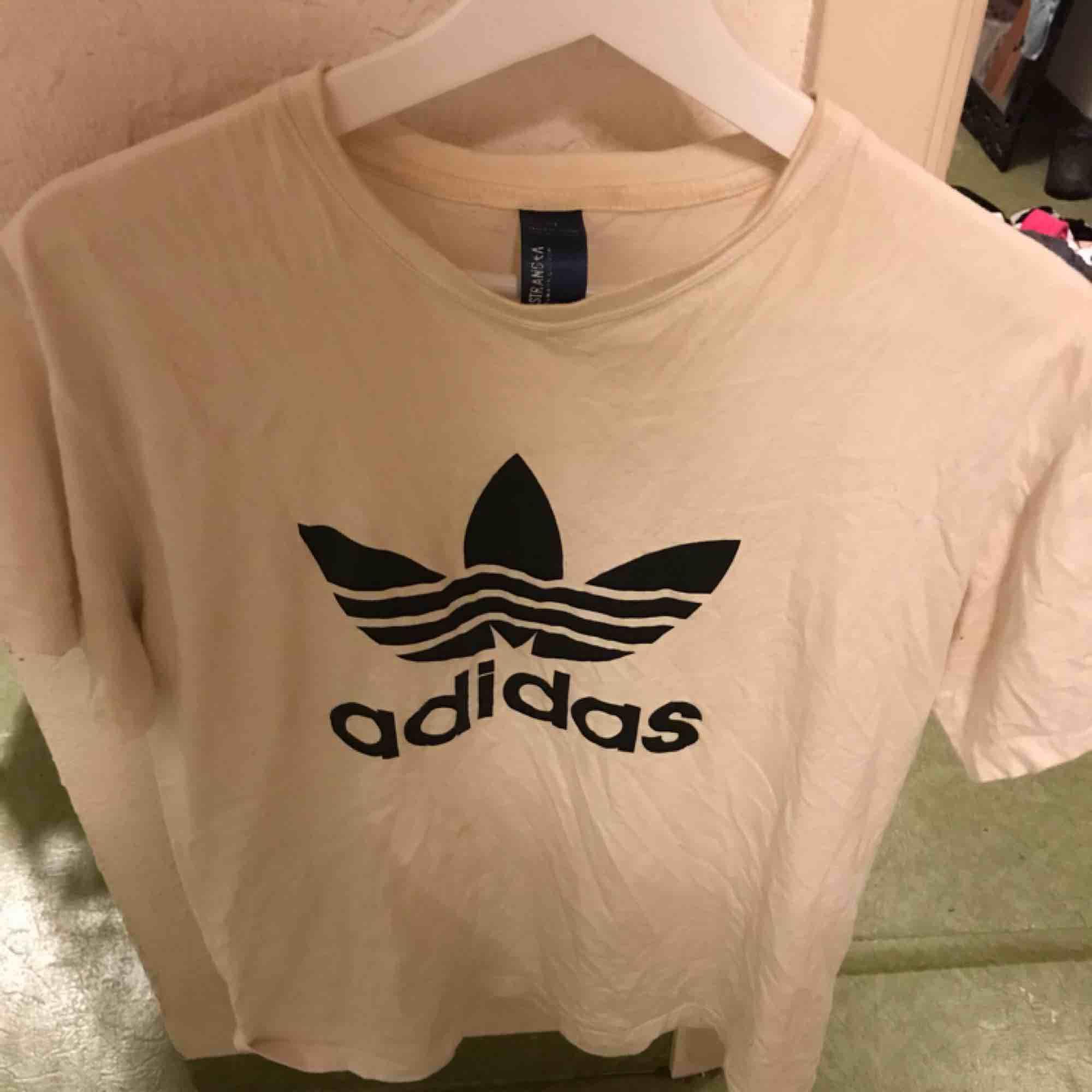 En vit adidas t-shirt, köparen står för frakten. T-shirts.