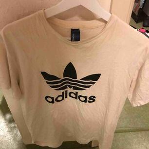 En vit adidas t-shirt, köparen står för frakten