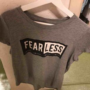 Grå t-shirt från Ginatricot, inte använd så mycke, köparen står för frakten