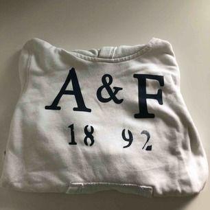 Vit äkta hoodie från Abercrombie & fitch, använd 6 gånger. Storlek 11-12 år