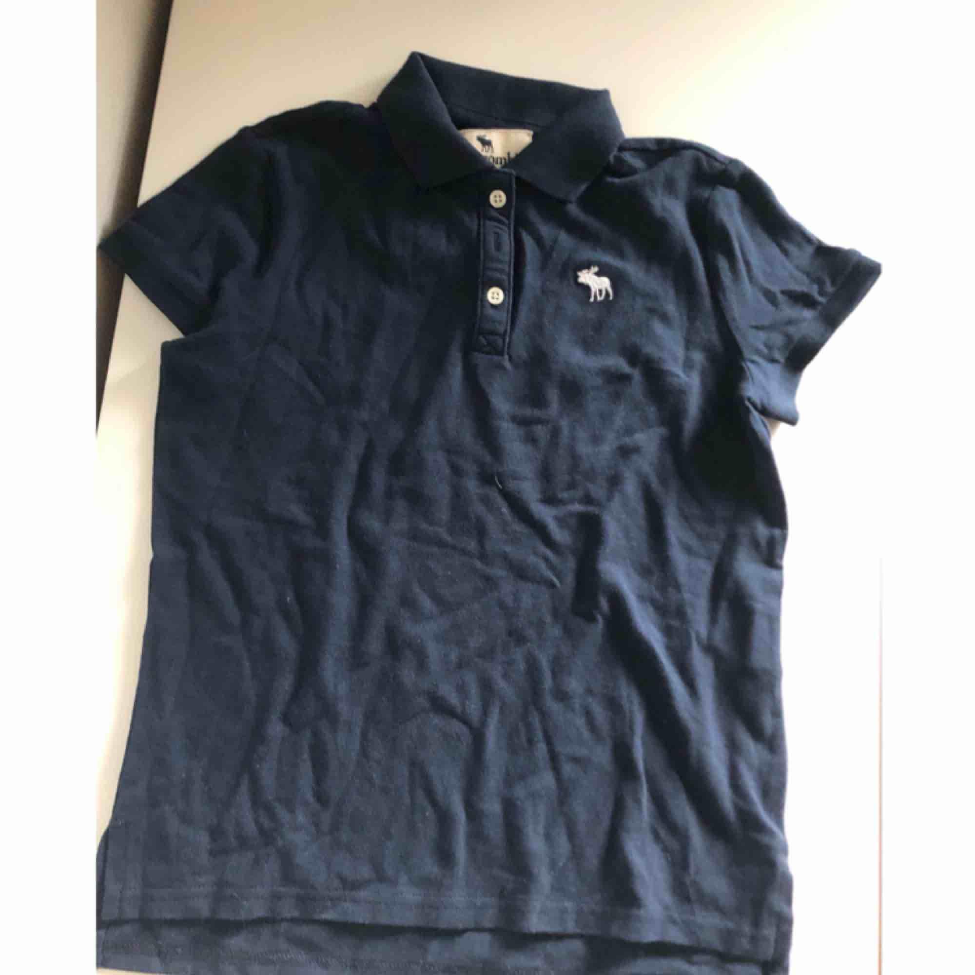 Pike tröja från abercrombie & fitch, storlek 9-10 år. Aldrig använd! . Skjortor.