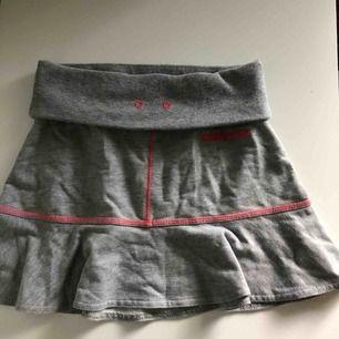 Mjukis kjol i storlek 10-12 år från Converse. Aldrig använd!
