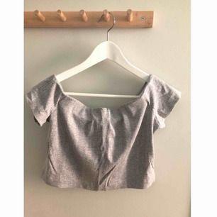 Ljusgrå off shoulder top från Weekday. Storlek: medium. Knappt använd, fint skick. Frakt på 20kr tillkommer ✨